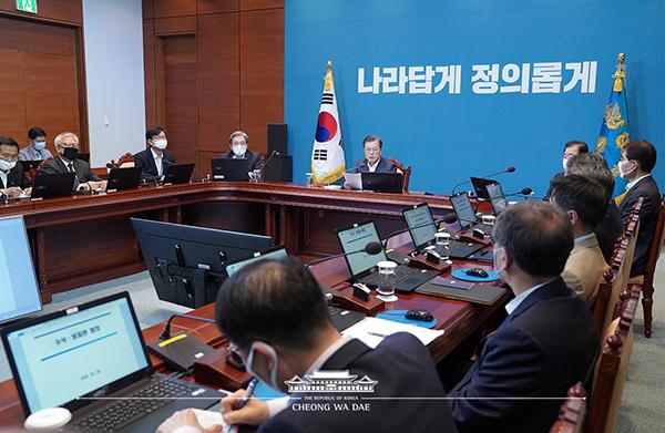 문재인 대통령이 4일 오후 청와대에서 수석·보좌관 회의를 주재하고 있다. (사진=청와대)