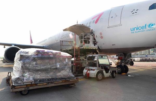 한국산 코로나19 진단키트 등을 실은 화물이 인천공항 제1여객터미널에서 수출 준비를 하고 있다.(사진=산업통상자원부 제공)