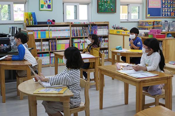 6일 경남 김해 관동초등학교에서 1학년 학생들이 마스크를 낀 채 거리를 두고 앉아 돌봄교실 수업을 듣고 있다. (사진=저작권자(c) 연합뉴스, 무단 전재-재배포 금지)