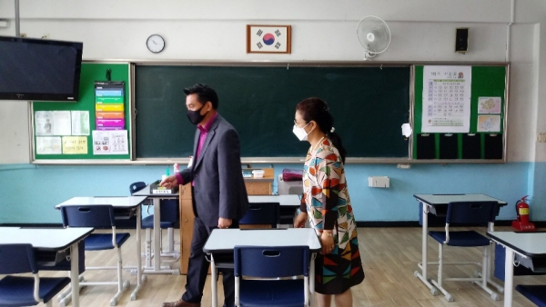 교장, 행정실장이 매일 학교시설에 대한 방역과 등교준비를 순찰을 통해 확인하고 있다.