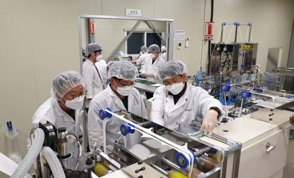 삼성전자의 제조전문가가 마스크 제조업체 화진산업을 찾아 자신의 노하우를 알려주고 있다.(사진=삼성전자 제공)