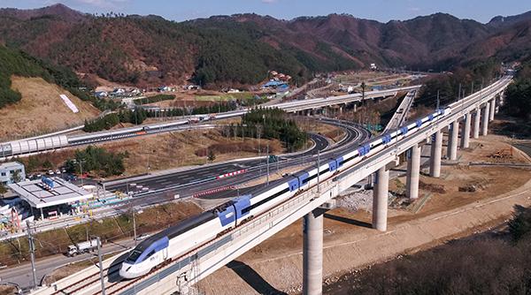 도로와 철도, 댐 등 기반시설을 안전하고 체계적으로 관리하기 위한 정부의 기본계획이 마련됐다. 사진은 KTX 경강선.(사진=저작권자(c) 연합뉴스, 무단 전재-재배포 금지)