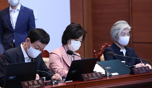 추미애 법무부 장관(사진 가운데)이 12일 오전 청와대에서 열린 국무회의에 참석해 있다. (저작권자(c) 연합뉴스, 무단 전재-재배포 금지)