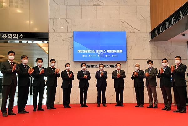 정세균 국무총리와 참석자들이 12일 서울 중구 대한상공회의소에서 열린 '규제 샌드박스 지원센터' 출범식에서 현판을 제막한 후 박수를 치고 있다.