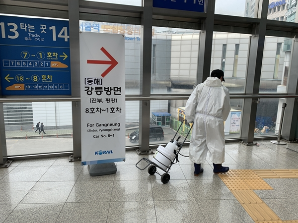 우리나라에서 가장 많은 승객이 드나드는 서울역사를 소독하고 있다.