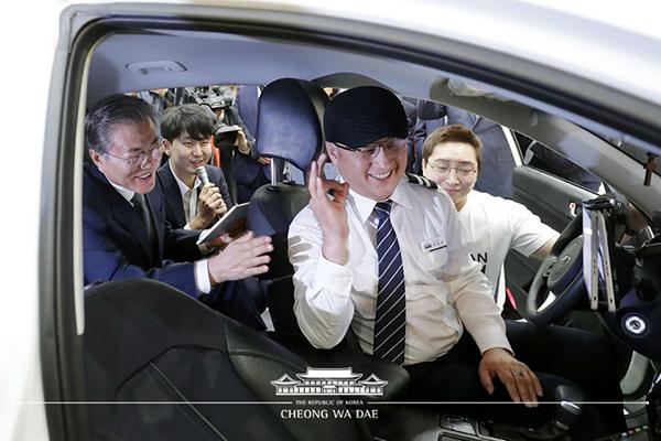 문재인 대통령이 5일 대전시 유성구 대전컨벤션센터에서 열린 제2회 대한민국 사회적경제 박람회 전시관을 방문, 청각장애인 택시기사가 운전하는 '고요한 택시'에 탑승해 서비스 체험을 하고 있다.(사진=청와대 제공)