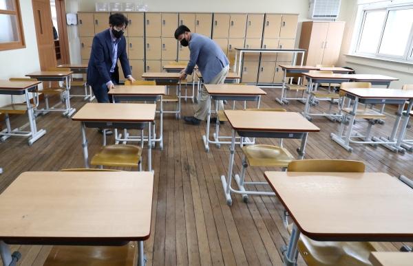 11일 오후 대전 중구 충남여자고등학교에서 학교 관계자들이 책상 사이를 띄어 놓고 있다.(출처=뉴스1)
