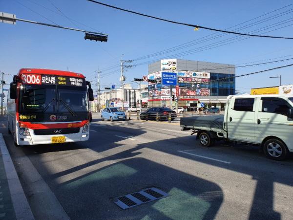 대진대학교 앞 버스정류장에 도착하는 3006번. 3006번 버스는 작년 하반기에 신설됐습니다.