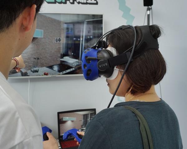 재난 상황 게임을 VR 을 통해 보니, 더욱 실감이 나고 알기 쉽다.
