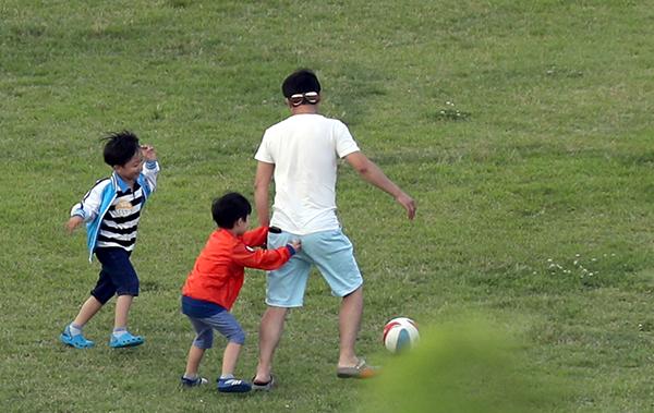 경남 창원시 의창구 경남도청 앞 잔디공원에서 아빠가 아이와 공놀이를 하고 있다. (사진=저작권자(c) 연합뉴스, 무단 전재-재배포 금지)