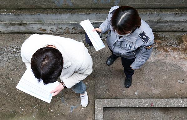 인천시 남동구와 남동경찰서 직원으로 구성된 코로나19 합동 점검팀이 한 자가격리자의 집을 찾아 불시 점검을 하고 있다. (사진=저작권자(c) 연합뉴스, 무단 전재-재배포 금지)