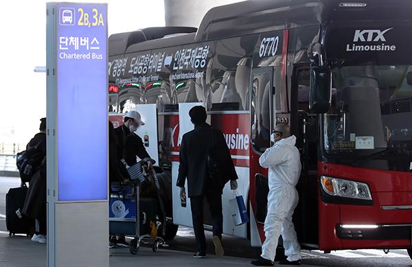 인천국제공항 2터미널에서 유럽발 무증상 입국자들이 KTX 광명역으로 향하는 버스에 탑승하고 있다. 코레일은 코로나19 확산방지를 위해 지난 3월 28일부터 해외입국자 전용 KTX 칸과 공항버스 운행을 시작했다. (사진=저작권자(c) 연합뉴스, 무단 전재-재배포 금지)