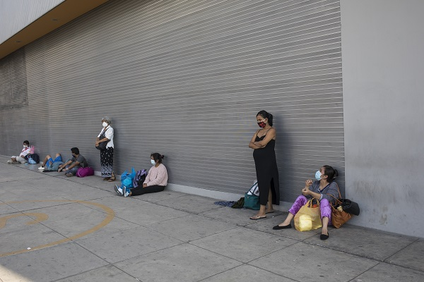 12일(현지시간) 페루 리마의 공공병원 밖에서 환자와 가족들이 코로나19 예방을 위해 마스크를 쓴 채 기다리고 있다. (저작권자(c) 연합뉴스, 무단 전재-재배포 금지)