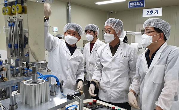 자상한 기업으로 스마트공장 구축에 참여한 삼성전자가 현장에 제조전문가를 투입, 마스크 제조업체에 노하우를 공유하고 있다.(사진=삼성전자 제공)
