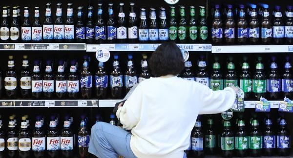 19일 서울 시내 한 대형마트 주류 코너에 대형매장용 맥주가 진열돼 있다. 이날 발표된 주류 규제 개선안에 따르면 소주, 맥주의 가정용, 대형매장용 판매 구분이 사라지게 된다. (저작권자(c) 연합뉴스, 무단 전재-재배포 금지)