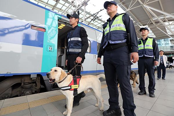 서울역에서 철도경찰관들이 폭발물 탐지견과 함께 위험물 수색을 하고 있다.(사진=저작권자(c) 연합뉴스, 무단 전재-재배포 금지)