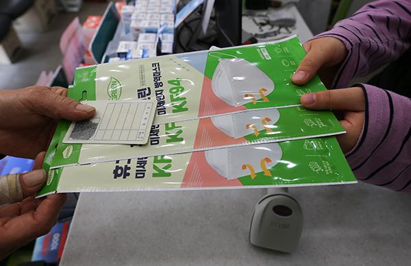 서울 시내 모 약국에서 한 시민이 공적마스크 3장을 구매하고 있다. 식품의약품안전처는 4월 27일부터 공적 판매처에서 일주일에 1인당 3장씩의 공적 마스크를 살 수 있도록 했다. (사진=저작권자(c) 연합뉴스, 무단 전재-재배포 금지)