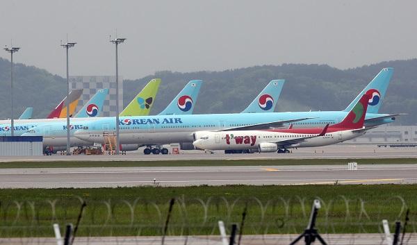 코로나19 사태로 항공업계가 직격탄을 맞은 가운데 인천국제공항에 여객기들이 멈춰서 있다. (저작권자(c) 연합뉴스, 무단 전재-재배포 금지)