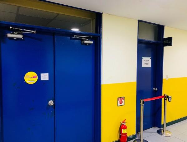 보건실 옆 코로나19 의심 환자 격리 구역을 설치해 교내 코로나19 전파를 최소화한다.