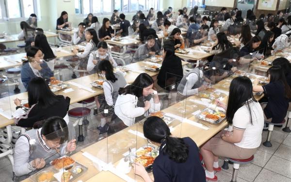 고등학교 3학년 학생들의 등교가 시작된 20일 오전 대전 유성구 도안고등학교에서 학생들이 칸막이 설치된 급식실에서 점심을 먹고 있다. 2020.5.20/뉴스1