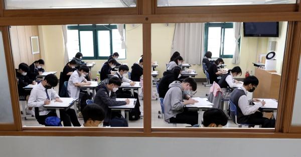 전국 고등학교 3학년생들의 전국연합학력평가가 시행된 21일 오전 서울 구로구 경인고등학교에서 수험생들이 시험을 보고 있다. 이번 평가는 사실상 올해 첫 대학수학능력시험 모의평가로 신종 코로나바이러스 감염증(코로나19) 영향으로 지난달 평가는 원격으로 시행, 성적을 내지 않았었다.2020.5.21/뉴스1