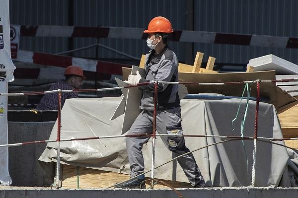 12일(현지시간) 러시아 모스크바의 한 건설현장 근로자가 마스크를 착용한 채 건설자재를 옮기고 있다.(사진=저작권자(c) 연합뉴스, 무단 전재-재배포 금지)