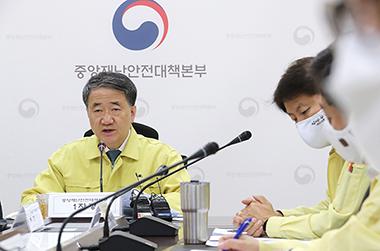 """박능후 복지장관 """"다중이용 시설 방문 자제 등 국민협조 필요"""""""