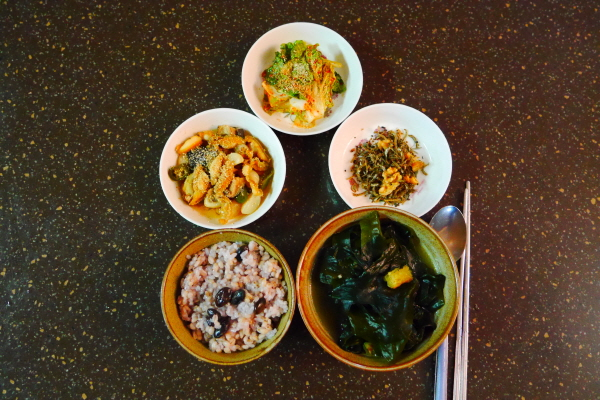 이번에 구매한 싱싱한 완도 전복과 표고버섯으로 만든 조림, 입맛 돋우는 얼갈이 무침과 엄마표 멸치볶음까지 소박한 밥상이 뿌듯하다.