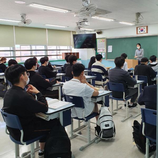 수업시간 내내 교사와 학생 모두 마스크를 착용하고 수업한다.