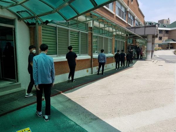 논산 대건고등학교 학생들이 거리 두기를 하며 식당에 입장하고 있다.