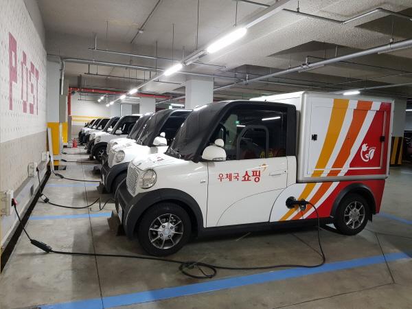 충전중인 초소형 전기차 (모델명 M-시티)/서울 은평우체국 주차장