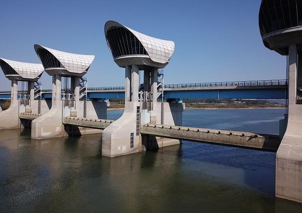 2018년 10월 충남 부여시 금강 백제보 수문이 모두 열려 물이 흐르고 있다.(사진=저작권자(c) 연합뉴스, 무단 전재-재배포 금지)