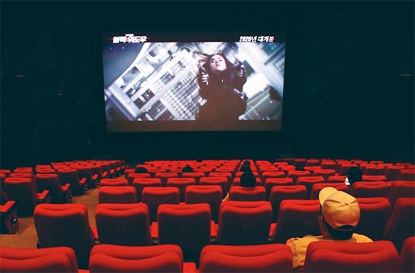 '생활 속 거리두기' 시행 첫날인 5월 6일 문을 연 부산 해운대구의 한 영화관에서 관객들이 띄엄띄엄 앉아 영화를 관람하고 있다.