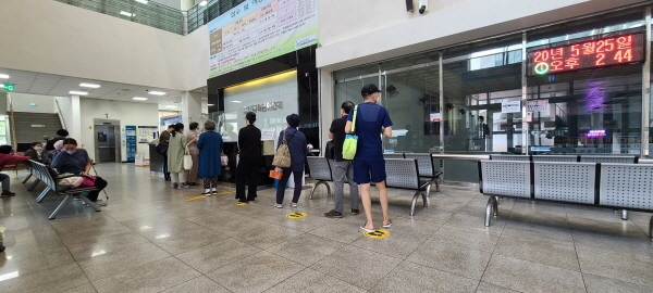 체육문화센터 업무를 보는 회원들도 거리두기선을 준수해 대기하고 있다.