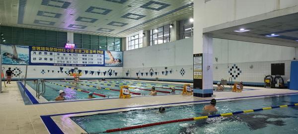 회원들이 거리두기를 하고 수영을 즐기는 모습이 행복하다(체육문화센터 조중오 차장 협조하에 촬영)