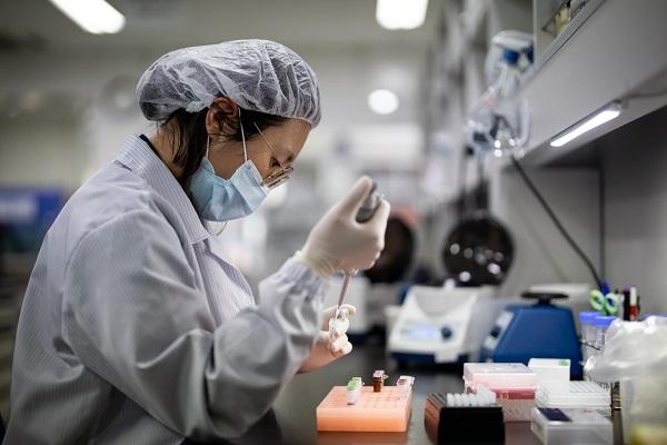 오상헬스케어 연구원이 증폭시약을 분주하고 있다.(사진=오상헬스케어)
