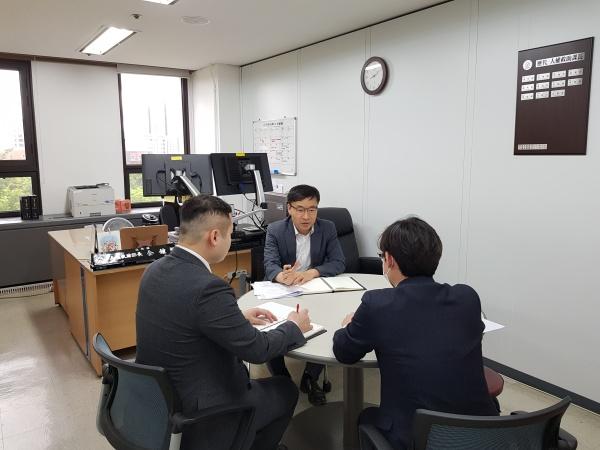 회의중인 인권구조과 김종현 과장(가운데).