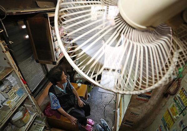대구시 중구 한 쪽방촌에서 작은 가게를 운영하는 할머니가 선풍기에 의지해 더위를 피하고 있다.(사진=저작권자(c) 연합뉴스, 무단 전재-재배포 금지)