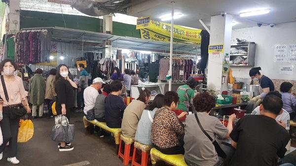코로나19 확산 완화로 위축됐던 4월 서비스업 생산과 소매 판매가 일부 반등했다. 사진은 지난 18일 오후 대구 서문시장의 한 음식점 모습. (저작권자(c) 연합뉴스, 무단 전재-재배포 금지)
