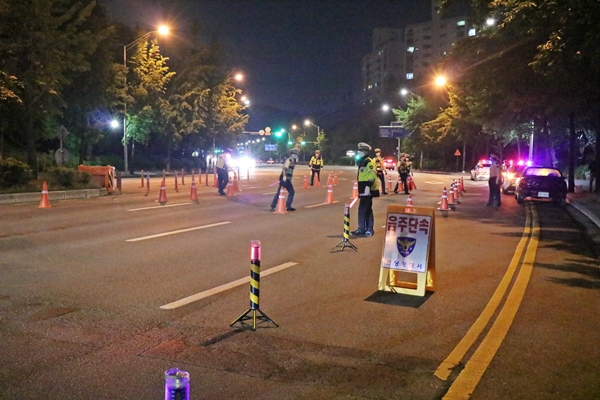 음주단속 현장에 도착해 경찰들이 빠르게 단속 준비를 하고 있다.