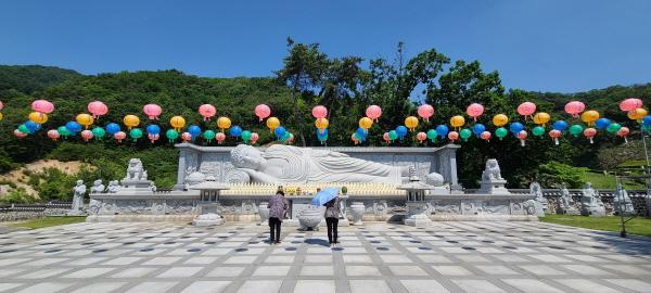 부처님의 공덕으로 코로나19 사태가 조기 종식되길 기도했다.