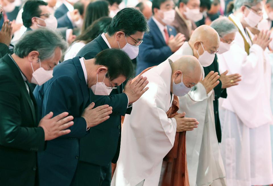 한 달 늦은 부처님오신날 법요식