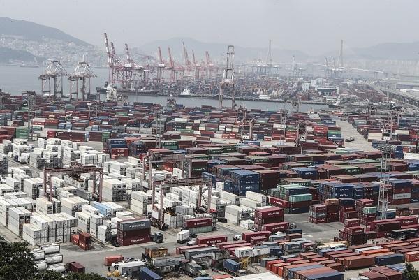 코로나바이러스 감염증 사태로 5월 수출이 지난해 같은 기간보다 23.7% 급감한 반면 무역수지는
