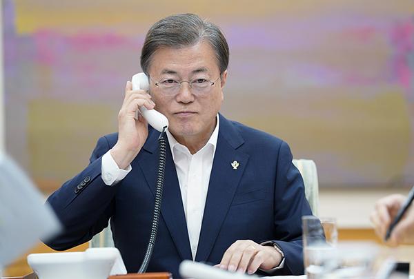 문재인 대통령이 1일 청와대에서 도널드 트럼프 미국 대통령과 통화하고 있다. (사진=청와대)