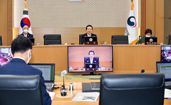 정세균 국무총리가 2일 정부세종청사에서 열린 국무회의를 주재하고 있다.