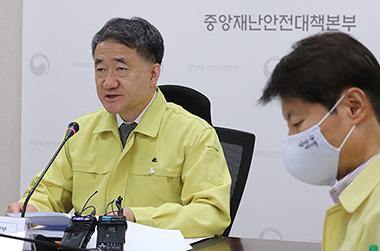 """박능후 복지장관 """"종교·의료·요양원, 소모임 미루어 주시길"""""""
