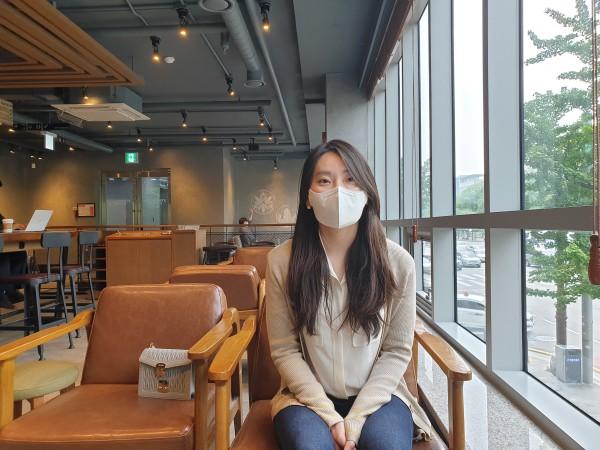 인터뷰에 응하고 있는 내과의 김현지 선생님.