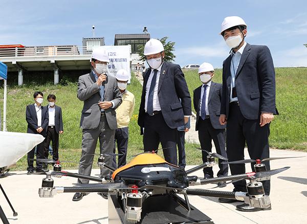 3일 강원도 영월 드론 전용 비행시험장에서 열린 'K-드론시스템 대규모 실증 행사'에서 참석자들이 드론을 살펴보고 있다.(사진=국토교통부 제공)