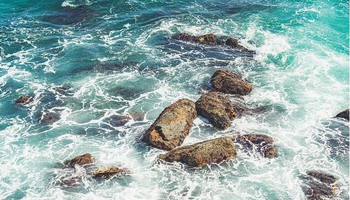 해안선을 따라 솟아오른 기암괴석들과 파도, 짙푸른 바다가 한데 어우러지며 장관을 연출한다.