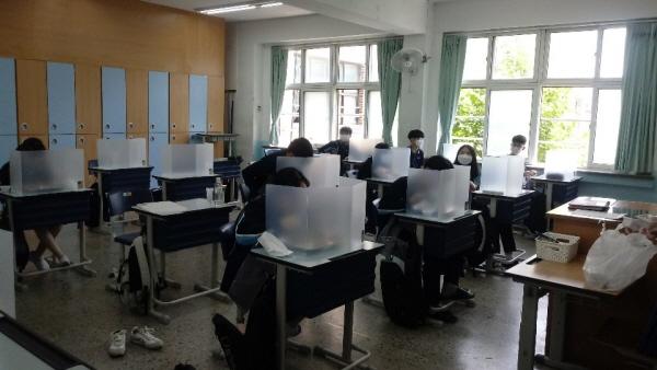 식당이 없는 교실 배식을 하는 학교라 개인별 칸막이를 활용해 식사한다.
